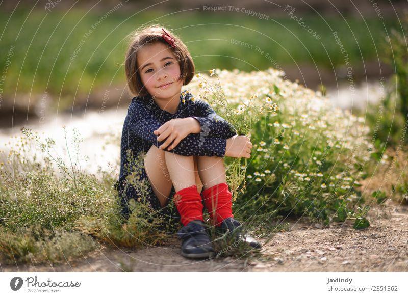 Frau Kind Mensch Natur Sommer schön Blume Freude Mädchen Erwachsene Lifestyle Wiese feminin Gras klein Glück