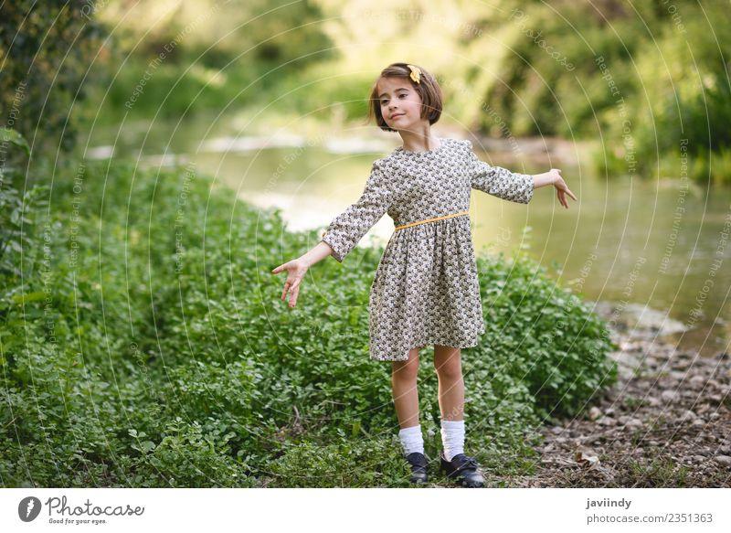 Kleines schönes Mädchen im Naturstrom Lifestyle Freude Glück Spielen Sommer Kind Mensch feminin Baby Frau Erwachsene Kindheit 1 3-8 Jahre Blume Gras Wiese Fluss