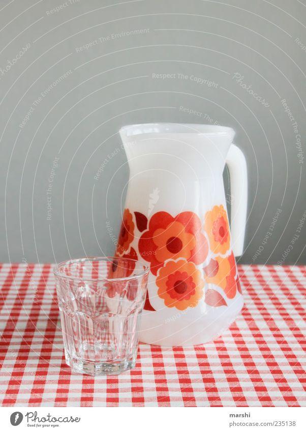 ein Schluck Wasser?! alt Wasser rot orange Glas Trinkwasser außergewöhnlich leer Getränk retro kariert Wasserglas Ernährung Krug Blumenmuster Karaffen
