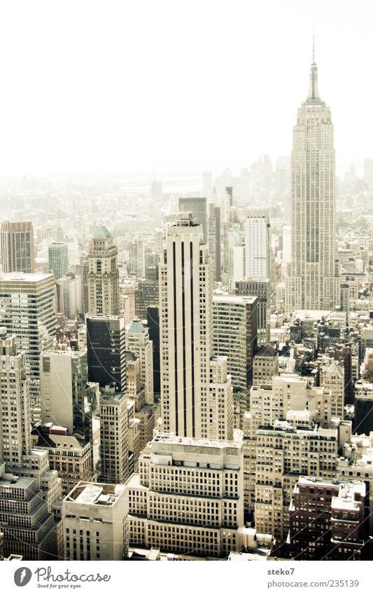 Downtown Skyline Hochhaus Architektur Sehenswürdigkeit hoch Stadt New York City Empire State Building eng USA Schwarzweißfoto Außenaufnahme Menschenleer