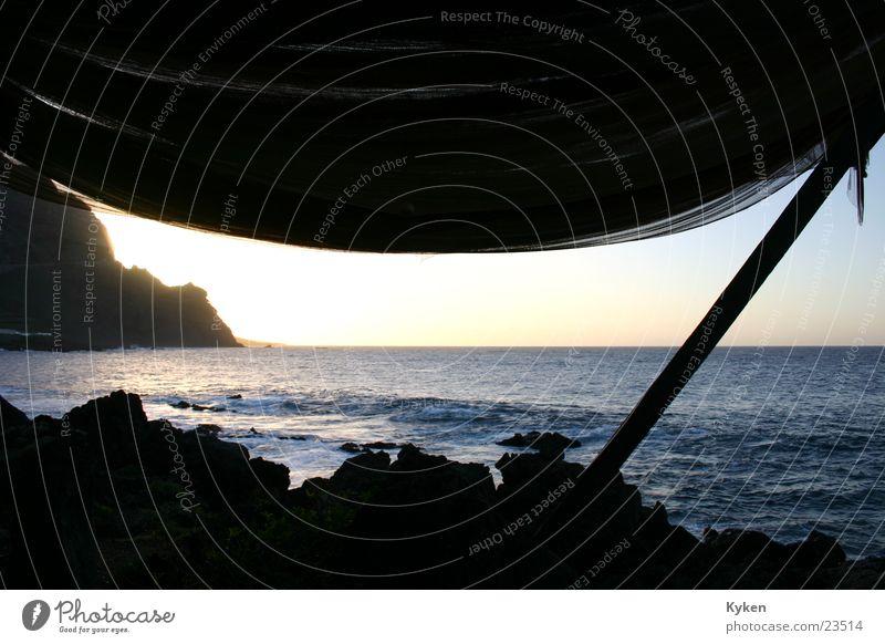 Leider ging die Sonne hinter dem Berg unter Fischernetz Vordach Meer Dämmerung Holz Strebe Küste Europa Wasser Balken Felsen Stein Himmel