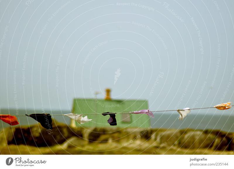 Island Umwelt Natur Landschaft Himmel Wolkenloser Himmel Horizont Küste Meer Haus Einfamilienhaus Traumhaus Hütte Dach wild mehrfarbig Fahne
