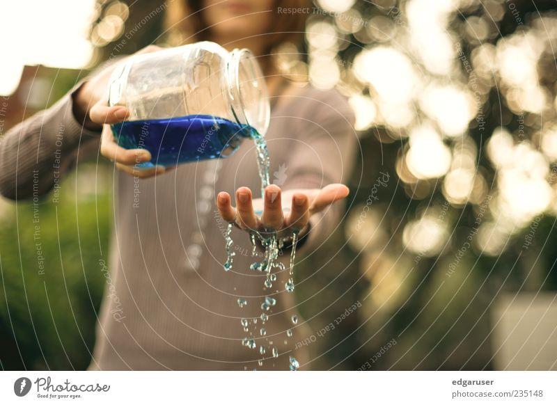 erfrischend Wasser Hand blau Glas Wassertropfen Tropfen festhalten fangen Flüssigkeit Erfrischung Mensch gießen kühlen Kühlung entladen rieseln