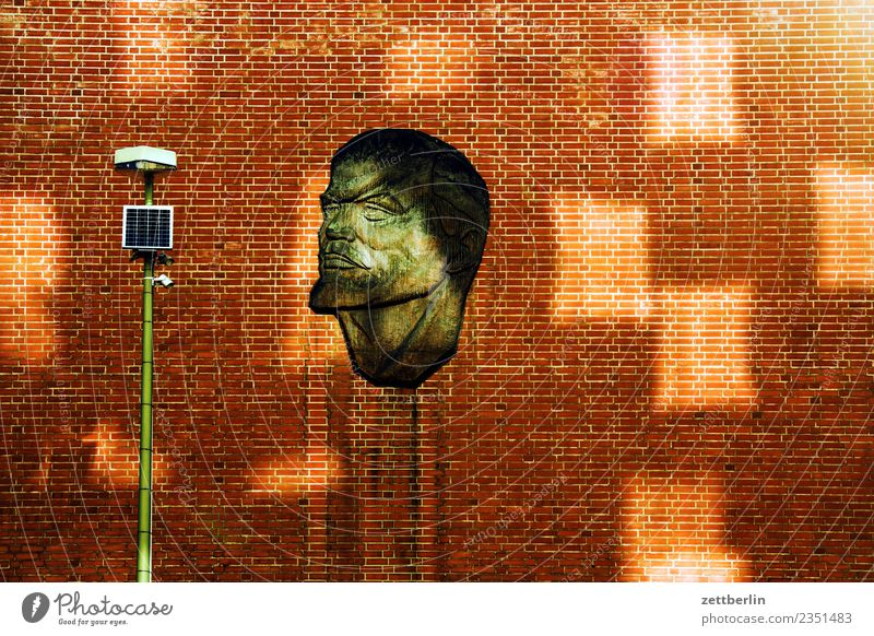 Lenin Haus Wand Fassade Mauer Backstein Gebäude Kunst Porträt Gesicht Sowjetunion Licht Lichtfleck Laterne Straßenbeleuchtung Berlin Hauptstadt