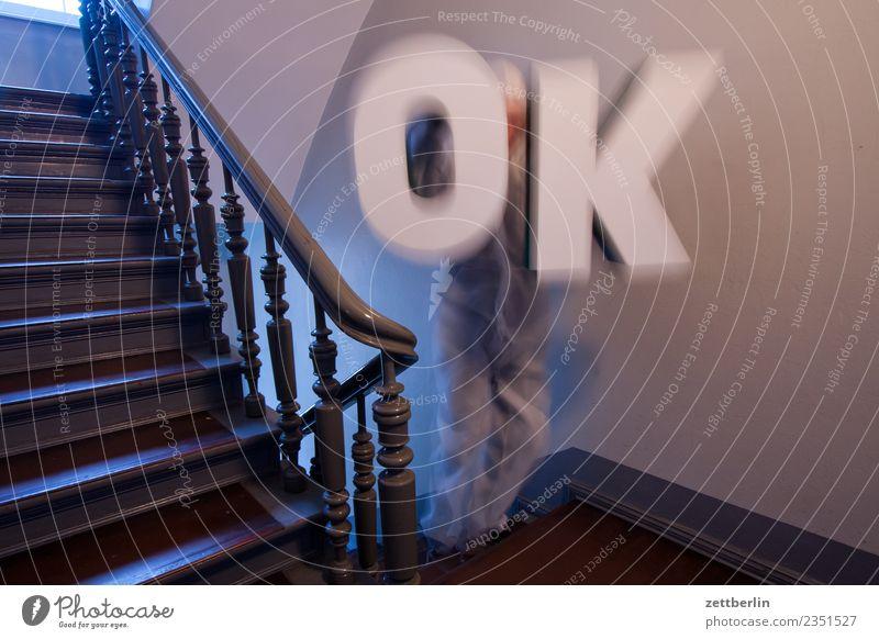 OK alles klar Buchstaben Großbuchstabe Aussage begutachten Meinung Beschluss u. Urteil Treppenabsatz Abstieg abwärts aufsteigen aufwärts Geländer