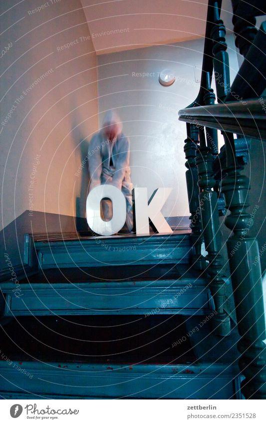 OK (4) Treppenabsatz Abstieg abwärts aufsteigen aufwärts fenster Geländer Treppengeländer Haus Mann Mehrfamilienhaus Mensch Menschenleer Stadthaus alles klar