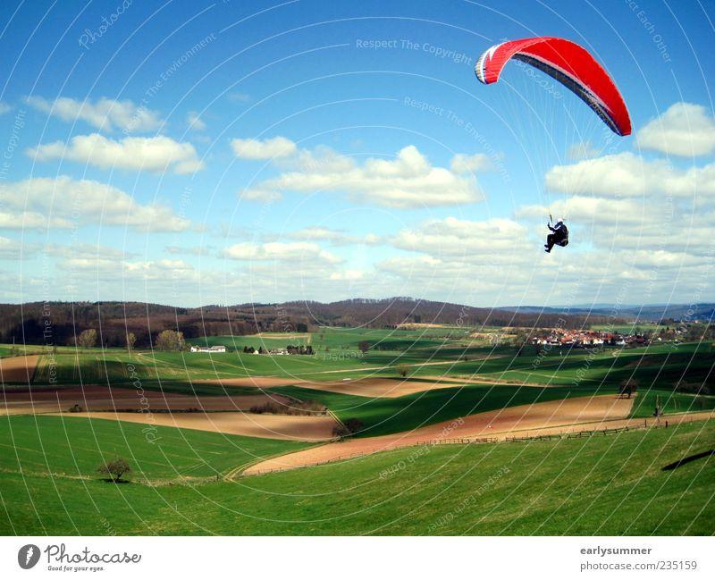 Paraglider Mensch blau grün rot Wolken Ferne Landschaft Wiese oben Freiheit springen Wind Feld Freizeit & Hobby fliegen Abenteuer