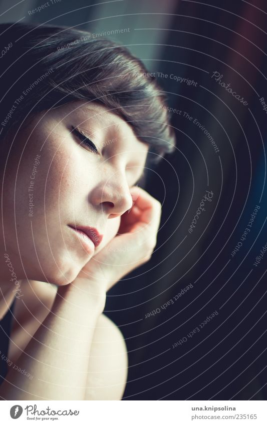 i was only dreaming Mensch Frau Jugendliche schön ruhig Erwachsene Erholung feminin Gefühle Traurigkeit träumen Stimmung 18-30 Jahre Junge Frau berühren