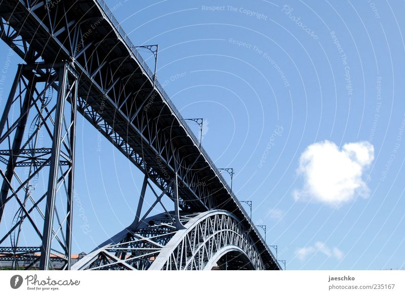Eiffelturm umgefallen blau Sommer Wolken Architektur außergewöhnlich Tourismus Brücke Schönes Wetter Bauwerk historisch diagonal Stahl Wahrzeichen Sehenswürdigkeit Blauer Himmel Bildausschnitt