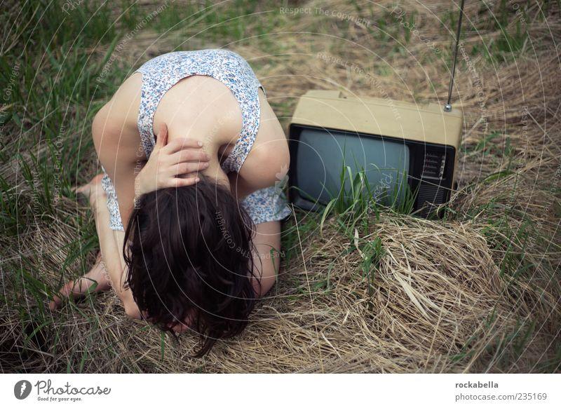 inhalte und die beziehung zum niedergang der kultur. Mensch Jugendliche Einsamkeit Erwachsene Wiese feminin Gefühle Gras Traurigkeit ästhetisch 18-30 Jahre