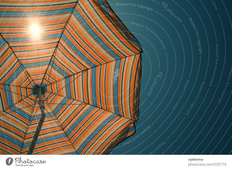 Sonnenschutz Wärme Luft ästhetisch einzigartig Schutz Sonnenschirm Sonnenbad Sommerurlaub gestreift Wolkenloser Himmel Wetterschutz Mittagssonne