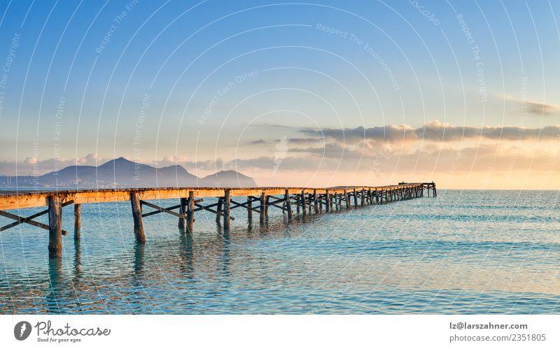 Alter hölzerner Steg oder Pier, der sich ins Meer erstreckt. ruhig Ferien & Urlaub & Reisen Freiheit Sonne Strand Insel Natur Landschaft Himmel Horizont Brücke