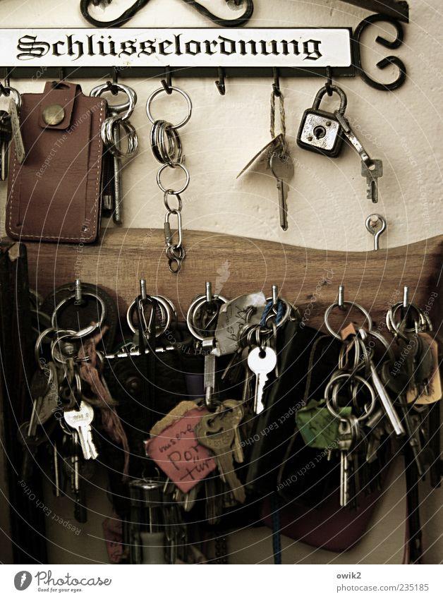 Schlüsseltechnologie Schlüsselanhänger hängen viele Kontrolle Nostalgie Ordnung Schlüsselring Haken Schlüsselbrett Wand Farbfoto Innenaufnahme Detailaufnahme