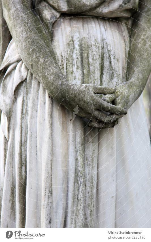 Ruhende Hände feminin Frau Erwachsene Hand Finger Kunst Kunstwerk Skulptur Statue Denkmal Bildhauerei Sehenswürdigkeit Stein festhalten stehen ästhetisch dunkel