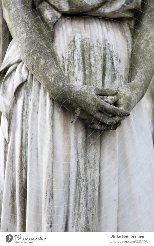 Ruhende Hände Frau Hand Erwachsene dunkel feminin Gefühle grau Stein Kunst Finger ästhetisch stehen Trauer festhalten Denkmal Statue