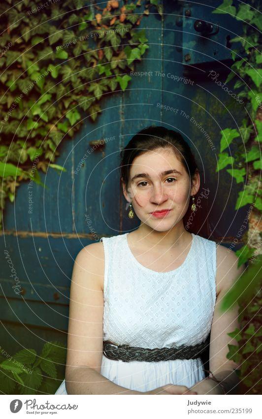 Princesse Mensch Jugendliche blau weiß grün schön Blatt feminin Gefühle Stil Tür ästhetisch Junge Frau Kleid Lächeln brünett