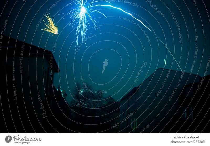 PENG ... blau Haus dunkel Gebäude hell Feste & Feiern Beginn außergewöhnlich ästhetisch Streifen Dach Silvester u. Neujahr Bauwerk fantastisch Feuerwerk laut
