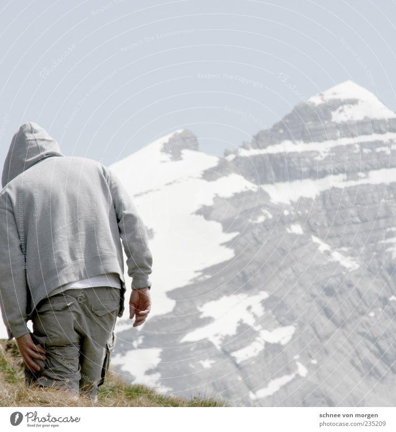 toninton Mensch Himmel Mann blau Ferien & Urlaub & Reisen Erwachsene Berge u. Gebirge Schnee Gras grau Stein Rücken maskulin wandern Schweiz Hose