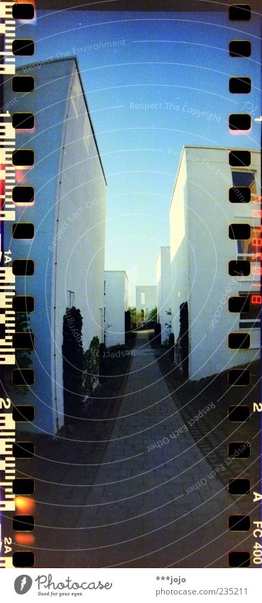 kubismus. Haus Stadt Perforierung Filmmaterial analog Würfel Wege & Pfade Häuserzeile Fußweg Wohnsiedlung mediterran Studentenwohnheim Hochformat