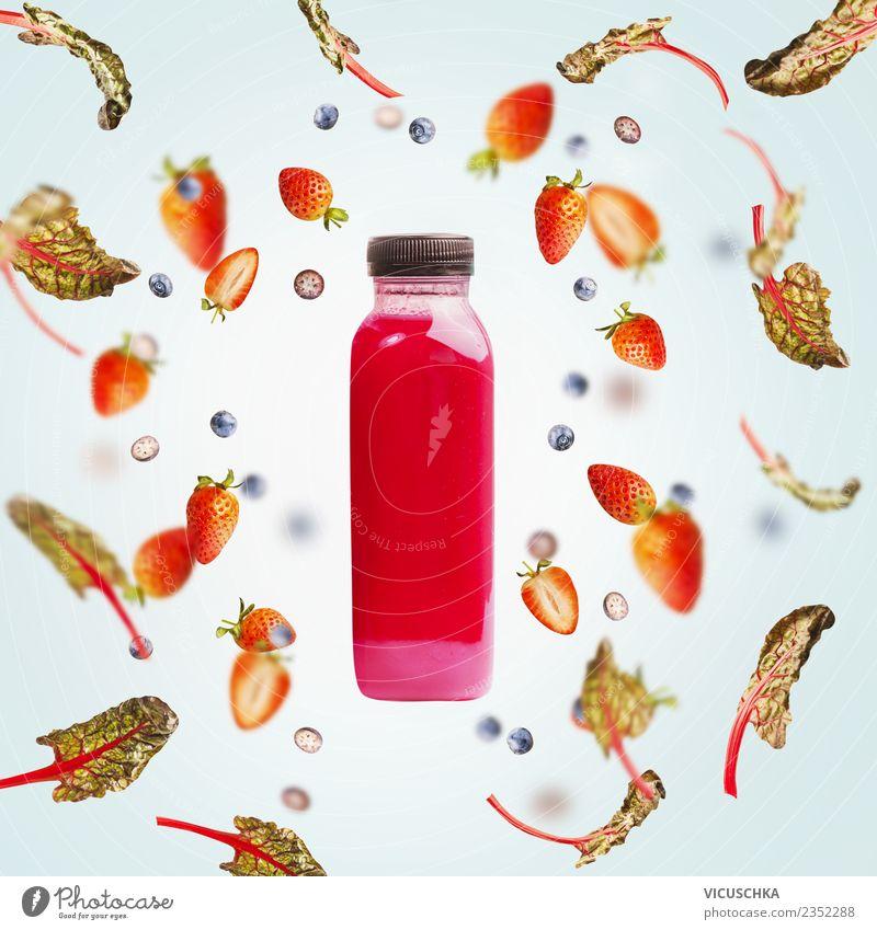 Flacshe mit Saft oder Smoothie und Beeren Lebensmittel Frucht Ernährung Bioprodukte Vegetarische Ernährung Diät Getränk Erfrischungsgetränk Limonade Flasche