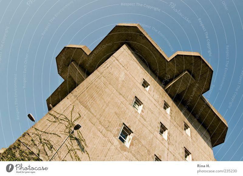 Schutz Bauwerk Bunker Luftschutzbunker bedrohlich stark Angst Todesangst gefährlich Gewalt Aggression Krieg Beton Defensive Fenster Dach Hochbunker
