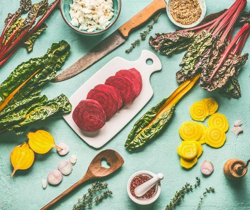 Bunte Wurzelgemüse. Gelbe- und Rotebete kochen Lebensmittel Gemüse Ernährung Bioprodukte Vegetarische Ernährung Diät Geschirr Messer Löffel Stil Design