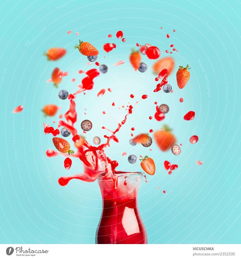 Roter Saft oder Smoothie Drink mit Splash und Beeren Lebensmittel Frucht Getränk Erfrischungsgetränk Limonade Stil Design Gesundheit Gesunde Ernährung Sommer
