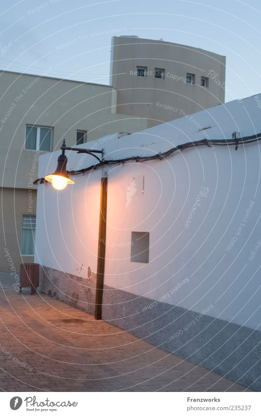 treffpunkt Sommer Haus ruhig Fenster Wand Architektur Mauer Gebäude Fassade Kabel geheimnisvoll Laterne Straßenbeleuchtung Abenddämmerung Müllbehälter