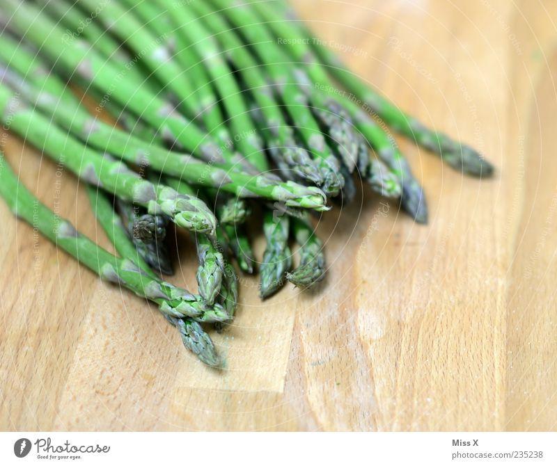 Grüner Spargel grün Gesundheit Lebensmittel frisch Ernährung Gemüse lang dünn lecker Holzbrett Bioprodukte Diät Anschnitt Schneidebrett Vegetarische Ernährung Tischplatte