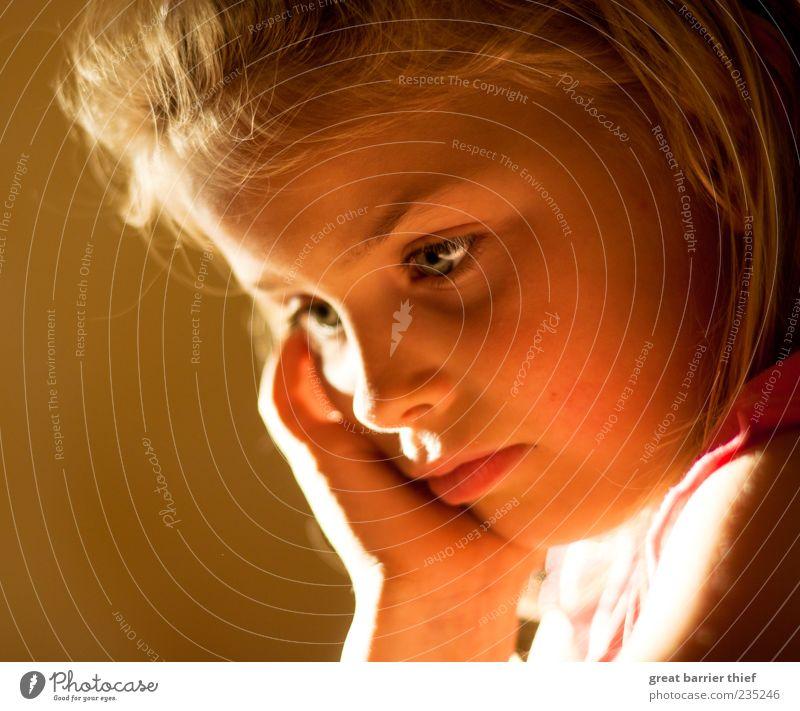 Denkendes Mädchen Mensch Kind schön Mädchen Leben feminin Kopf Traurigkeit Kindheit blond Sicherheit Vertrauen langhaarig verträumt 3-8 Jahre Kultur
