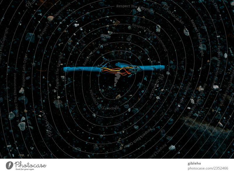 alt blau gelb Linie Metall dreckig Energiewirtschaft Technik & Technologie Telekommunikation gefährlich Industrie Telefon Boden Kabel Netzwerk