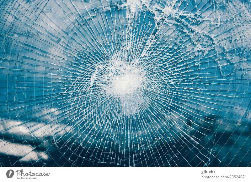 Glasscherben Ruine PKW alt eckig glänzend kaputt rebellisch blau Sicherheit Gerechtigkeit gefährlich Stress dumm ignorant Hemmungslosigkeit Wut Aggression
