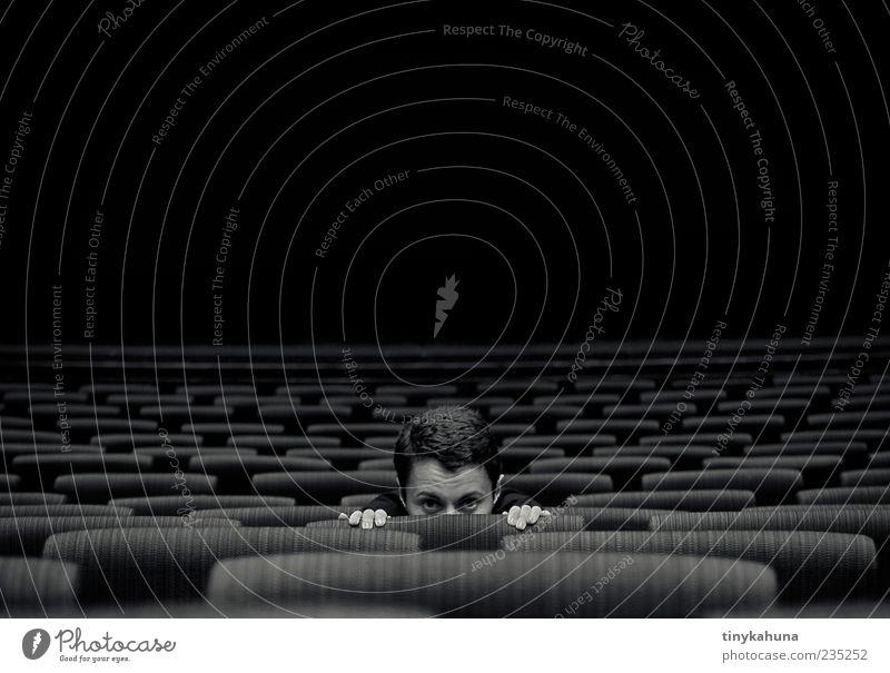 Phantom der Oper Junge Frau Jugendliche Kopf 1 Mensch 18-30 Jahre Erwachsene Theater Opernhaus kurzhaarig Sitzreihe beobachten hocken dunkel Neugier Kultur