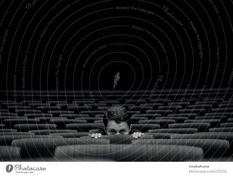 Phantom der Oper Mensch Jugendliche Erwachsene dunkel Kopf leer 18-30 Jahre Junge Frau beobachten Kultur Neugier Theater verstecken Sitzgelegenheit Scham