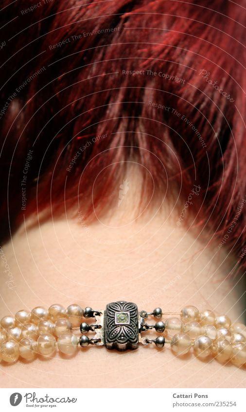 Verschluss Kopf Nacken Hals 1 Mensch Schmuck Halskette Perlenkette silber rothaarig kurzhaarig hängen tragen dünn 3 Stein Edelstein grün haltend feminin