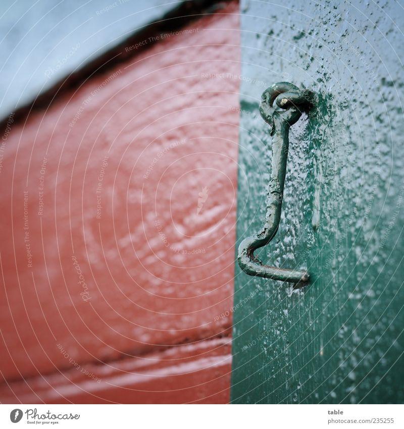 Detail Haus Mauer Wand Fassade Fenster Fensterladen Haken Verschluss Holz Metall hängen alt grün rot Farbe Farbfoto Außenaufnahme Nahaufnahme Detailaufnahme