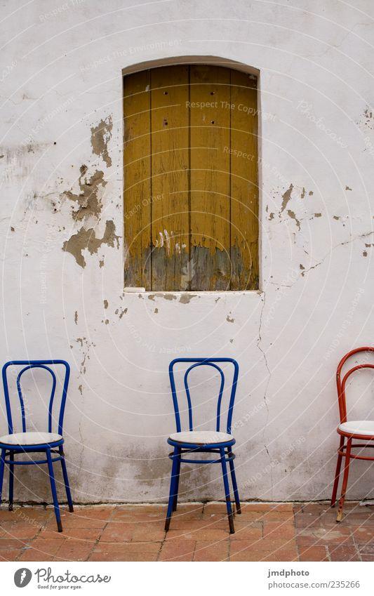 2 Stühle und Einer alt blau schön rot Farbe Haus ruhig Wand Mauer Zufriedenheit Fassade ästhetisch Häusliches Leben Stuhl Romantik einfach