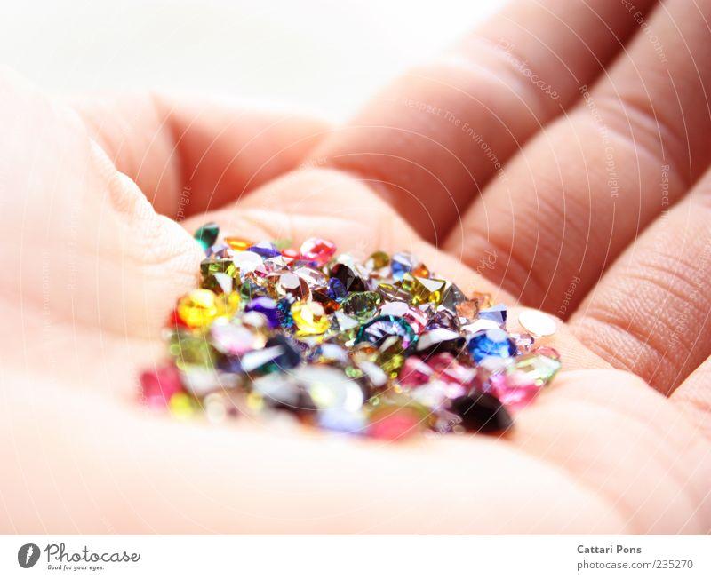 wertvolles Gestein Hand schön klein Glück Stein hell Glas glänzend Finger Hautfalten festhalten dünn fantastisch Sammlung zeigen geben