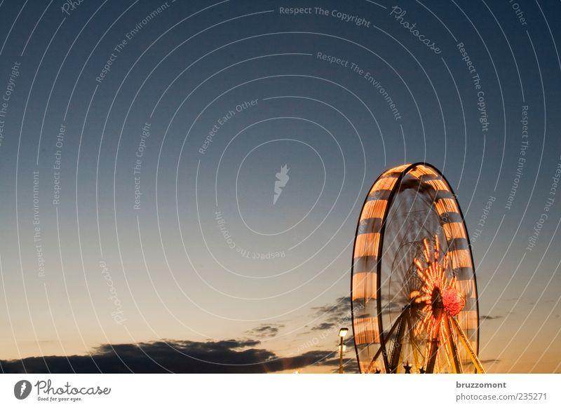 Riesenfelge Freude Wolken gelb Metall Stimmung orange hoch groß Geschwindigkeit Fröhlichkeit leuchten rund fahren drehen Jahrmarkt Abenddämmerung
