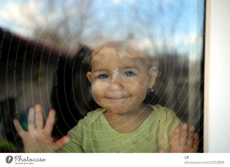 schönes Baby lächelt und schaut durch ein Fenster zu Lifestyle Freude Spielen Kinderspiel Kindererziehung Bildung Kindergarten Mensch Eltern Erwachsene Mutter