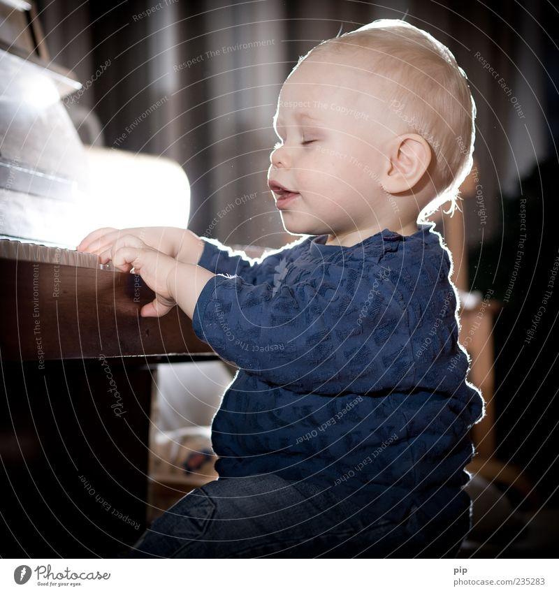 pianissimo Spielen musizieren Klavier Klavier spielen Musik Mensch maskulin Baby Kleinkind Gesicht Ohr Mund Hand Finger 1-3 Jahre sitzen Freude Fröhlichkeit