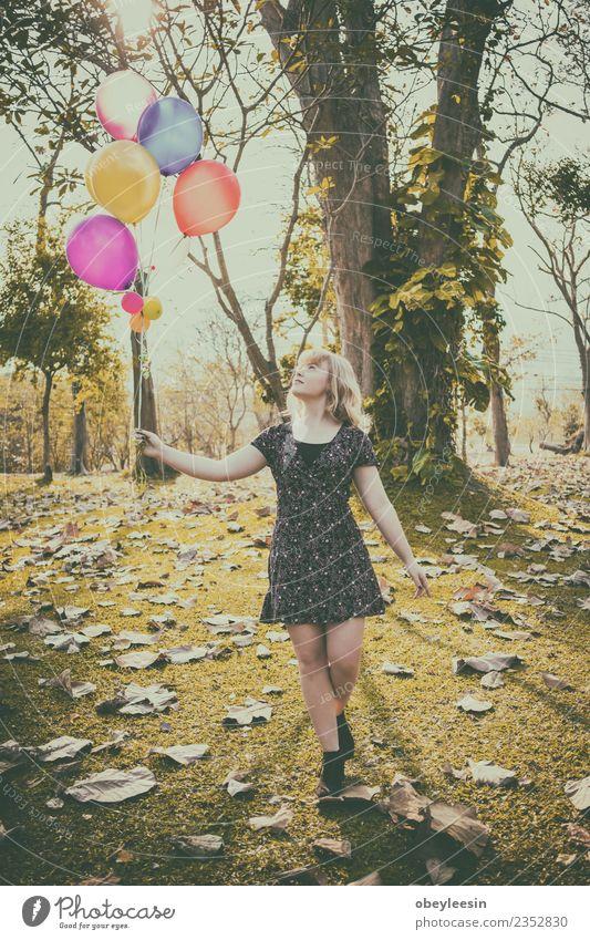 glückliches Mädchen, das allein mit Ballons läuft und lächelt. Lifestyle Stil Freude Glück schön Haut Gesicht Ferien & Urlaub & Reisen Ausflug Sommer Sonne