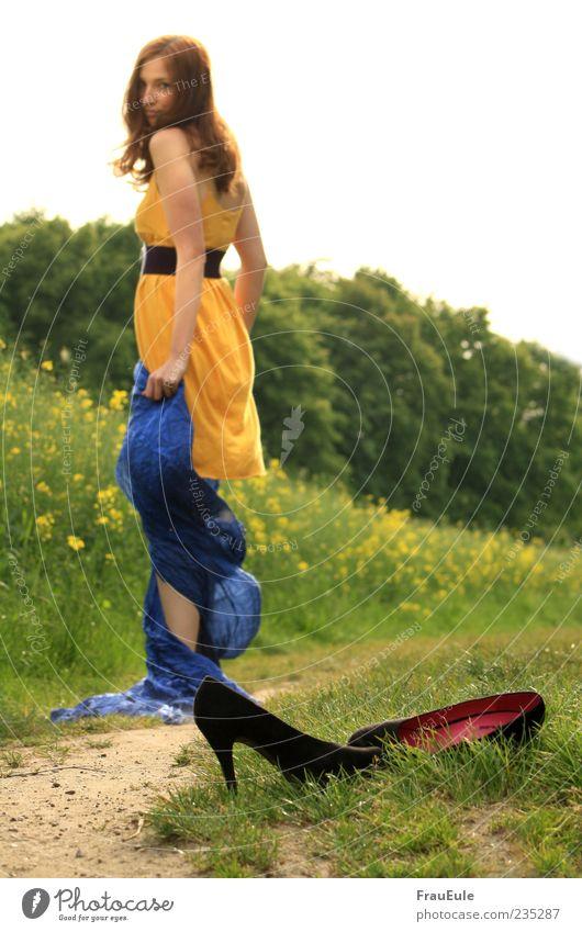 barfuß ist besser Mensch Frau Jugendliche blau grün Erwachsene gelb feminin Schuhe 18-30 Jahre Stoff Kleid drehen brünett ohne langhaarig