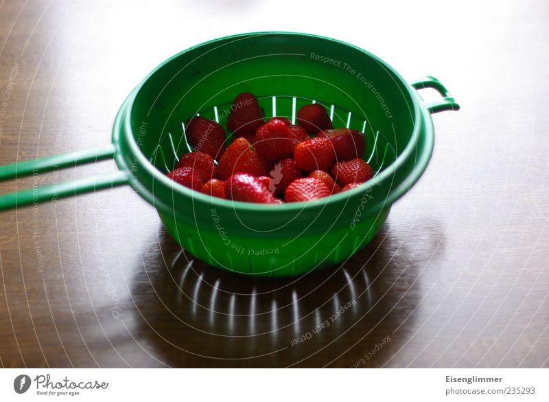 Erdbeeren grün rot Ernährung Lebensmittel Gesundheit Frucht frisch Wassertropfen süß Appetit & Hunger lecker Duft Bioprodukte Schalen & Schüsseln