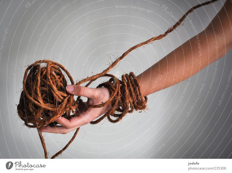 Ballung Hand braun Arme natürlich dünn außergewöhnlich festhalten Schmuck Mensch durcheinander zeigen Präsentation wickeln