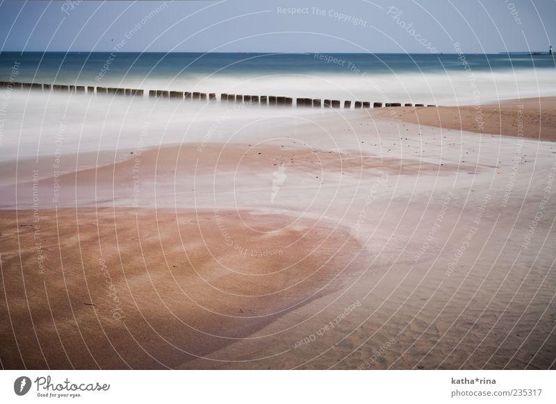 Warnemünde Landschaft Sand Wasser Wolkenloser Himmel Horizont Wetter Wellen Küste Strand Ostsee Meer Leuchtturm Stimmung geduldig ruhig Einsamkeit Zufriedenheit
