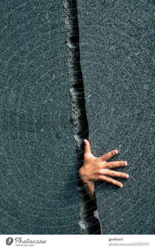 Hand durch engen Spalt in Steinwand Spalte Entschlossenheit Angst Platzangst gefährlich Risiko Durchbruch durchgreifen Finger innovativ Kraft Marmor Neugier