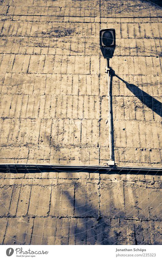 Betong Bauwerk Gebäude Architektur Bunker Mauer Wand braun Lampe Beleuchtung kahl leer trist Schatten Linie Farbfoto Außenaufnahme Menschenleer