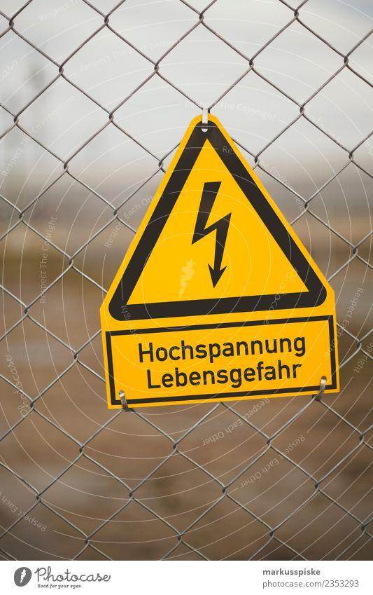 Hochspannung - Lebensgefahr Arbeit & Erwerbstätigkeit Beruf Handwerker Transformator Elektrizität Strommast Stromkraftwerke bedrohlich gefährlich Risiko
