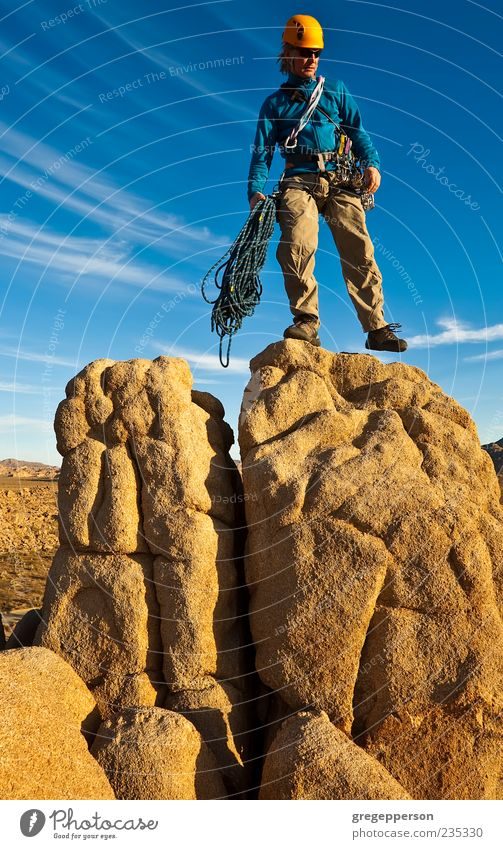 Kletterer auf dem Gipfel. Abenteuer Berge u. Gebirge wandern Klettern Bergsteigen Erfolg Mann Erwachsene 1 Mensch 30-45 Jahre sportlich hoch Tapferkeit